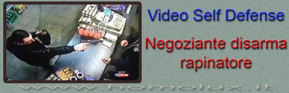 negoziante disarma rapinatore