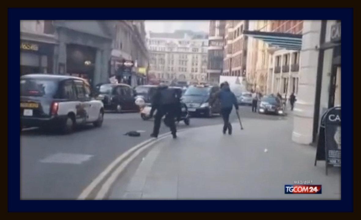 video inseguimento rapinatore armato di machete