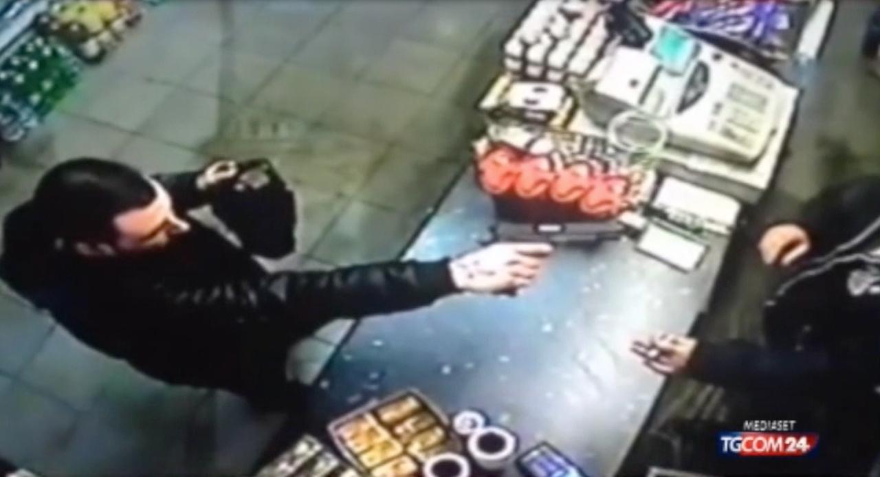 video negoziante disarma rapinatore