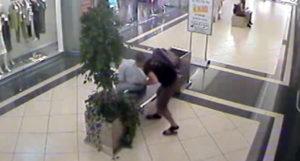 milano accoltellamento in un centro commerciale